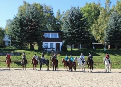 Foto einiger Mitglieder des Pferdesportvereins